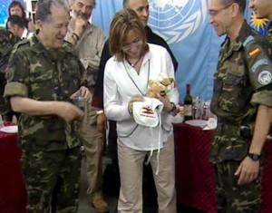 La ministra recibió sorprendida el peluche de la cabra de la Legión.