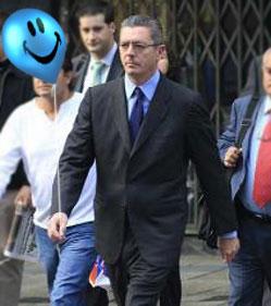 Gallardón acompañando al globo a una de las reuniones de la cúpula popular.