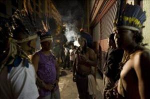 Los indios aprovechan para visitar la ciudad.