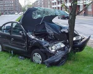 El coche se ha empotrado contra un árbol.