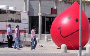 Algunos sospechan que la sangre se usa para llenar gotas gigantes de plástico.