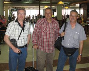 Tres pasajeros, en el aeropuerto, preocupados por nadie.